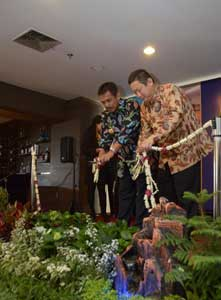 Seen in the picture - Left to right Mr. H. Bambang Irianto, SH.MM as Mayor of Madiun City and Mr. Harsono Lukito as the owner of Aston Madiun Hotel & Conference Center during ribbon cutting from Soft Opening Ceremony event.