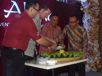 Terlihat pada gambar : Acara Soft Opening The Alana Hotel & Convention - Yogyakarta, dari kiri ke kanan : Bp. Indra Siswanto - General Manager The Alana Hotel & Convention - Yogyakarta, Bp. John Flood - Presiden dan CEO Archipelago International, Bp. Hari Hardono - Komisaris PT. Saraswanti Indoland Development, Bp. Bogat Agus Riyono - Direktur Utama PT. Saraswanti Indoland Development.