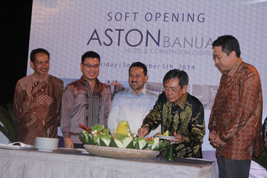 Soft Opening of Aston Banua Hotel & Convention Center Ceremony - Seen in the picture from left to right Bapak DR. DRS. Suhardjo, Msi - Represented for Governor of South Kalimantan, Bapak. Edward Sarjono - Managing Director of PT. Banua Megah Sejahtera, Bapak. Sultan Haji Khairul Saleh - Regents of Banjar City, Bapak. Kusno Harjianto - President Commissioner of PT. Banua Megah Sejahtera, Bapak. Sadeli Setiawan - Commissioner of PT. Banua Megah Sejahtera at the soft opening ceremony event.