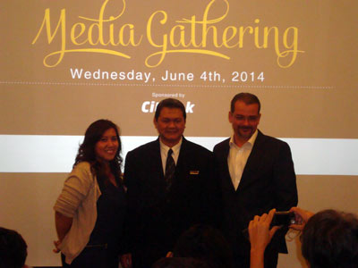 Terlihat di gambar, dari kiri ke kanan Ibu Febry Mutia Anindita sebagai Corp Director of Marcomm Archipelago International, Bapak Freddy Triono sebagai Resident Manager The Grove Suites by Grand Aston, Bapak Norbert Vas sebagai Vice President Sales & Marketing Archipelago International dalam acara Konperensi Pers.