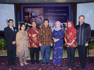 Seen in the image – Mr. Joko Suparno as General Manager as Aston Bojonegoro City Hotel, Mr & Mrs H. Amari as Commissioner PT Andalan Mandiri Raya, Mr & Mrs. Drs. H. Suyoto M.si as Regent of Bojonegoro, and Mr. Norbert Vas as Vice President of Sales & Marketing Archipelago International during Press Conference of Soft Opening Aston Bojonegoro City Hotel.