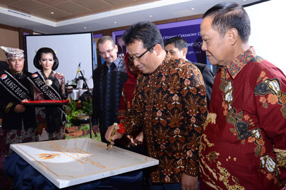 Seen in the image - Mr. Drs. H. Suyoto M.si as Regent of Bojonegoro signing on the inscription stone accompanied by Mr. Norbert Vas as Vice President of Sales & Marketing Archipelago International, Mrs. Amuringtyas E.S.H as Managing Director PT. Andalan Mandiri Raya and Mr. H. Amari as Commissioner PT Andalan Mandiri Raya.
