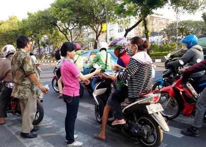 Terlihat pada gambar : Pembagian Ta'Jil di Jalan Hayam Wuruk.