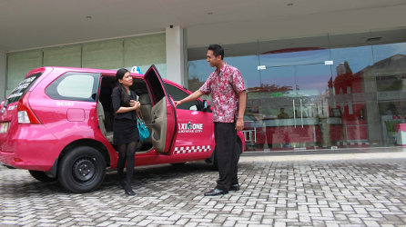 Seen in the image : A guest is enjoying free pick up facilities from the Sultan Aji Muhammad Sulaiman Sepinggan Airport to hotel provided by favehotel MT. Haryono Balikpapan