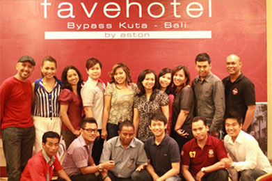 Ms. Martinelly – General Manager of favehotel Bypass Kuta (forth from left) taking picture with Bali's media