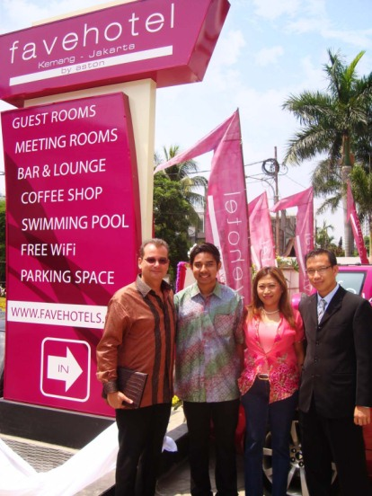 Terlihat di gambar, (kiri ke kanan) Bapak Norbert Vas – VP Sales & Marketing Aston International, Mr. M. Aditya Witantra – Pemilik favehotel Kemang, Ibu Fridi Harini – Corporate Sales & Marketing Director for NEO & fave, Bapak Tohir Ali – General Manager favehotel Kemang.