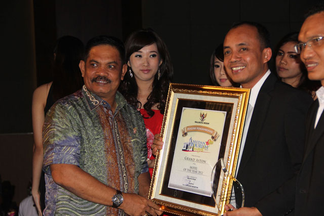 The Mayor of Medan City, Rahudman Harahap hands the award to Wahyono, the General Manager of Grand Aston City Hall Medan at Medan Tourism Award 2012