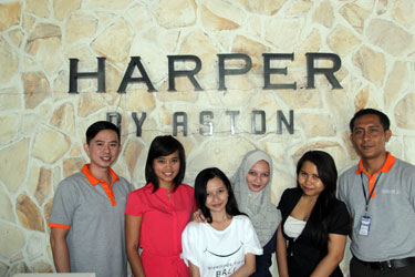Snapshot of the management team of Harper Kuta and Archipelago International's team welcome the winner of Harper Giveaway, Ms. Anita Rismawati (from left to right) Mr. Christian David as Asst. PR Manager Harper Kuta, Ms. Nadiya Fabiola as Archipelago International's Corp. Online Marketing Officer, Ms. Anita Rismawati as the winner of Harper Giveaway, Ms. Risa Amelia as sister of the winner, Ms. Bonita as Archipelago International's Corp. Online Marketing Officer, and Mr. Pande as Front Office Manager Harper Kuta.