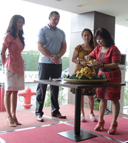 Seen in the image : Mrs. Aty Fadjariaty as Hotel Manager of favehotel Hyper Square - Bandung, Mr. John Flood as President & CEO of Archipelago International dan Mrs. Linna Widjaja as Owner Representative of PT. Gema Indah Nusantara during Soft Opening event.
