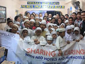 Perwakilan dari Hotel NEO dan favehotel, perwakilan Manajemen dari Archipelago International dan juga pengurus dari panti asuhan itu sendiri, serta para anak-anak yatim.