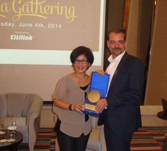 Seen in the image, Mrs. Kikie Harahap as Leader of Himpunan Anak Media (Left) and Mr. Norbert Vas as VP Sales & Marketing Archipelago International (Right), received the appreciation award from Archipelago International.