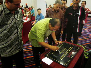 Seen in the image : The Mayor of the City of Makassar, Mr. DR. Ir. H.Ilham Arief Sirajuddin MM signed the opening inscription of favehotel Daeng Tompo - Makassar accompanied by Mr. Winston Hanes, Regional General Manager of Archipelago International Mr. Herryansyah, Hotel Manager Daeng Tompo - Makassar, Mr. Agus Makmur, The Owner of PT. Yakin Harum Sukses and Mr. Robin Makmur, Commissioner PT. Yakin Harum Sukses.