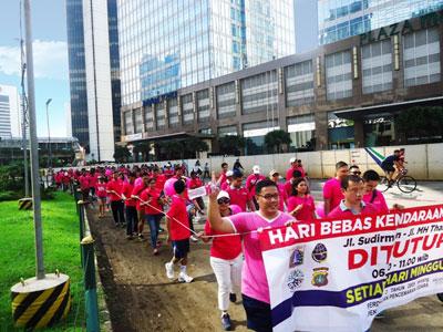 Terlihat pada gambar, ratusan orang mendukung program dari Pemerintah Provinsi DKI Jakarta untuk meningkatkan kualitas udara lokal sekaligus mengurangi ketergantungan terhadap kendaraan bermotor.
