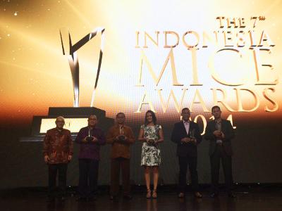 Terlihat pada gambar : Para penerima penghargaan dari Indonesia MICE Awards ke-7.