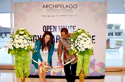 Ms. Tenaiya Brookfield as Vice President of Sales and Marketing Archipelago International and Mr. Heru Purwono as Vice President of Finance Archipelago International cut the ribbon to mark the opening of new corporate office in Yogyakarta