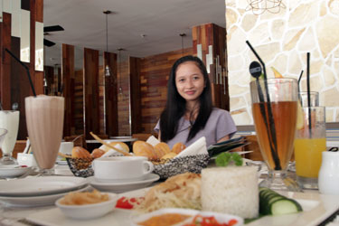 Snapshot of the winner of Harper Giveaway, Ms. Anita Rismawati enjoys delightful meals of Rustik Bistro & Bar